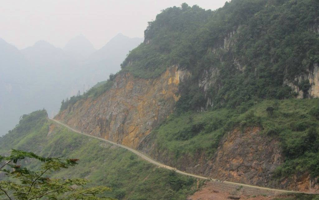Mountain pass to Muong Khuong